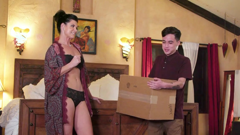 Delivery boy enjoys massage and sex with India Summer