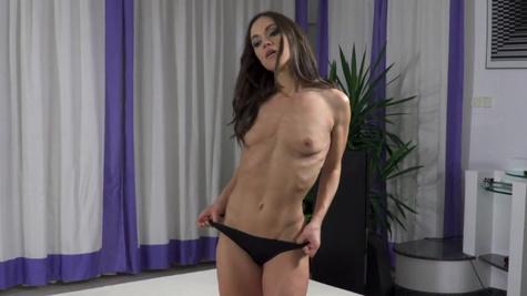 Nude babe Alyssa Reece swallows cum after deepthroating
