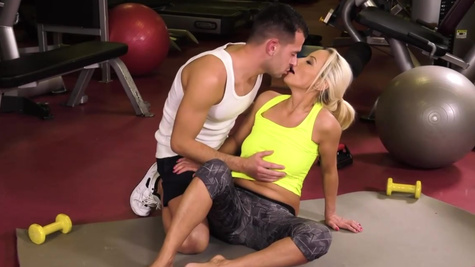 Horny personal trainer seduces mature blonde Szandi on hot sex