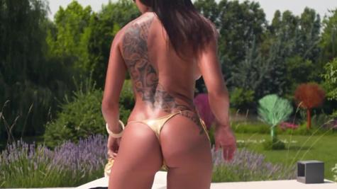 Cassie Del Isla is going to sunbathe but sex changes plans