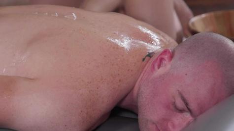 Jane Wilde got a big cumshot after her kinky massage