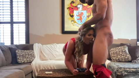Gamer Phoenix Marie tries to play even during coition