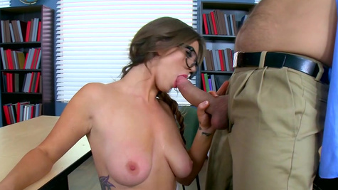 Young schoolgirl leaves hot lad to deep lick and fuck her pussy
