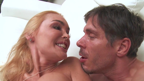 Slutty wife enjoys the cable guy for some rounds of hardcore