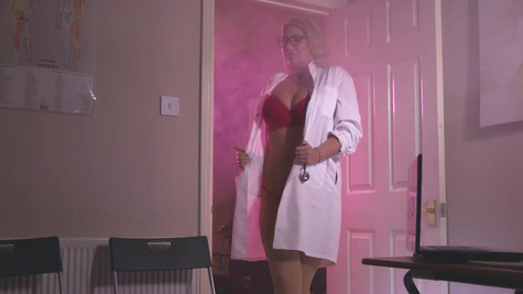 Voluptuous female doctor enjoys full cock to smash her mature pussy