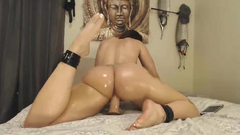 Веб-камера, очень сочная задница и отработка сучки на имитаторе члена