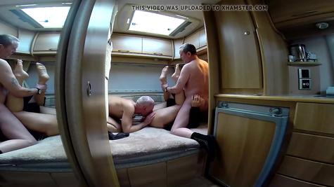 Брюнетку долбят мужики - два ствола на одну пилотку
