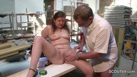 Немецкое порно - начальницу удовлетворяет рабочий