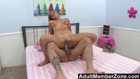 Девка отхватывает по пизде и получает сперму на ротан