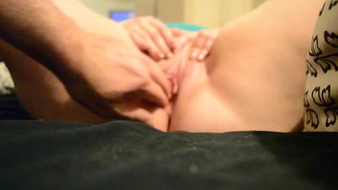 Шаловливые пальчики ласкают пилотку и седой самец неплохо ее лижет и целует