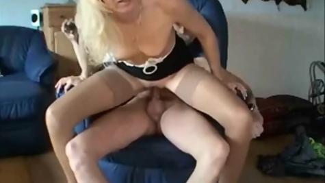Натягивал зрелую горничную – крутая порнуха