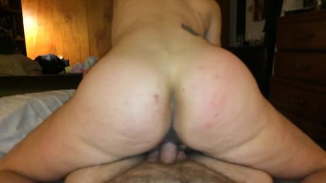 Домашнее порно - горячая сучка скачет на большом хере