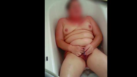 Моется, бреет пиздень и мастурбирует ее - толстуха хороша
