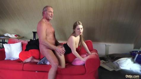 Молодая блядь деда отлично удовлетворяет