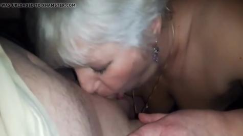 Русская мамаша трудится язычком, ротиком и горлышком - минет великолепный