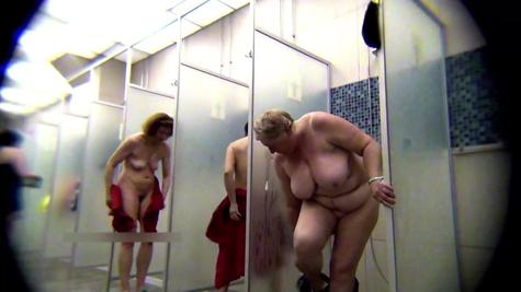 Подглядывание, подмываются женщины