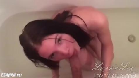 В ванной сосет дружку болт