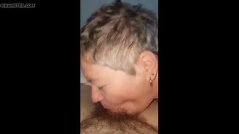 Бабка небольшой пистолет отсасывает горлышком