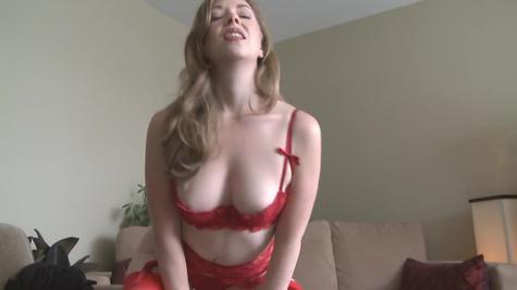 Телочка в красивом нижнем белье красного цвета