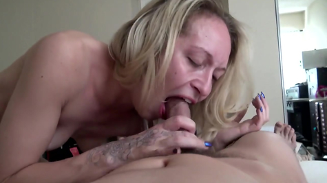 She fucks a skin on the bed and pours sperm into her mouth