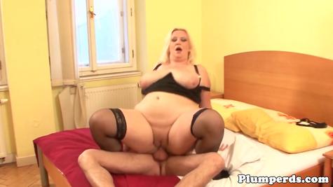 Очень жирную огромную бабу жучит мужик среднего размера