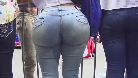 Жаркая попка в джинсах