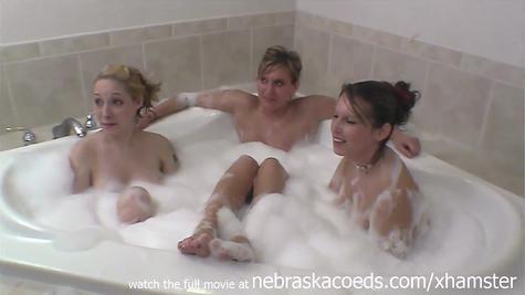 Лесби в ванной развлекаются