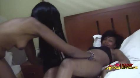 Две черные лесбиянки, шоколадки наслаждаются