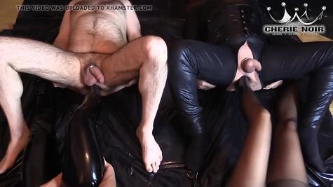 Ножками шлюшки пердолят своих рабов в аналы