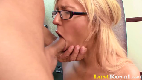 Устраивает опускание дрыном для сексуальной милашки