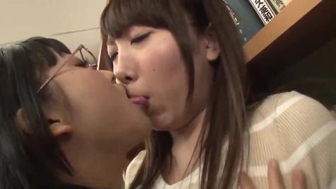 Лесби любовь молодых азиаток – девушки шалят