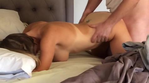 Домашнее порно - ебет загорелую бабу
