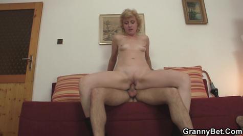 Секс парня со зрелой худенькой мамашей