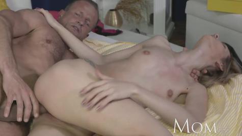 Блондинку ебет опытный горячий мужик